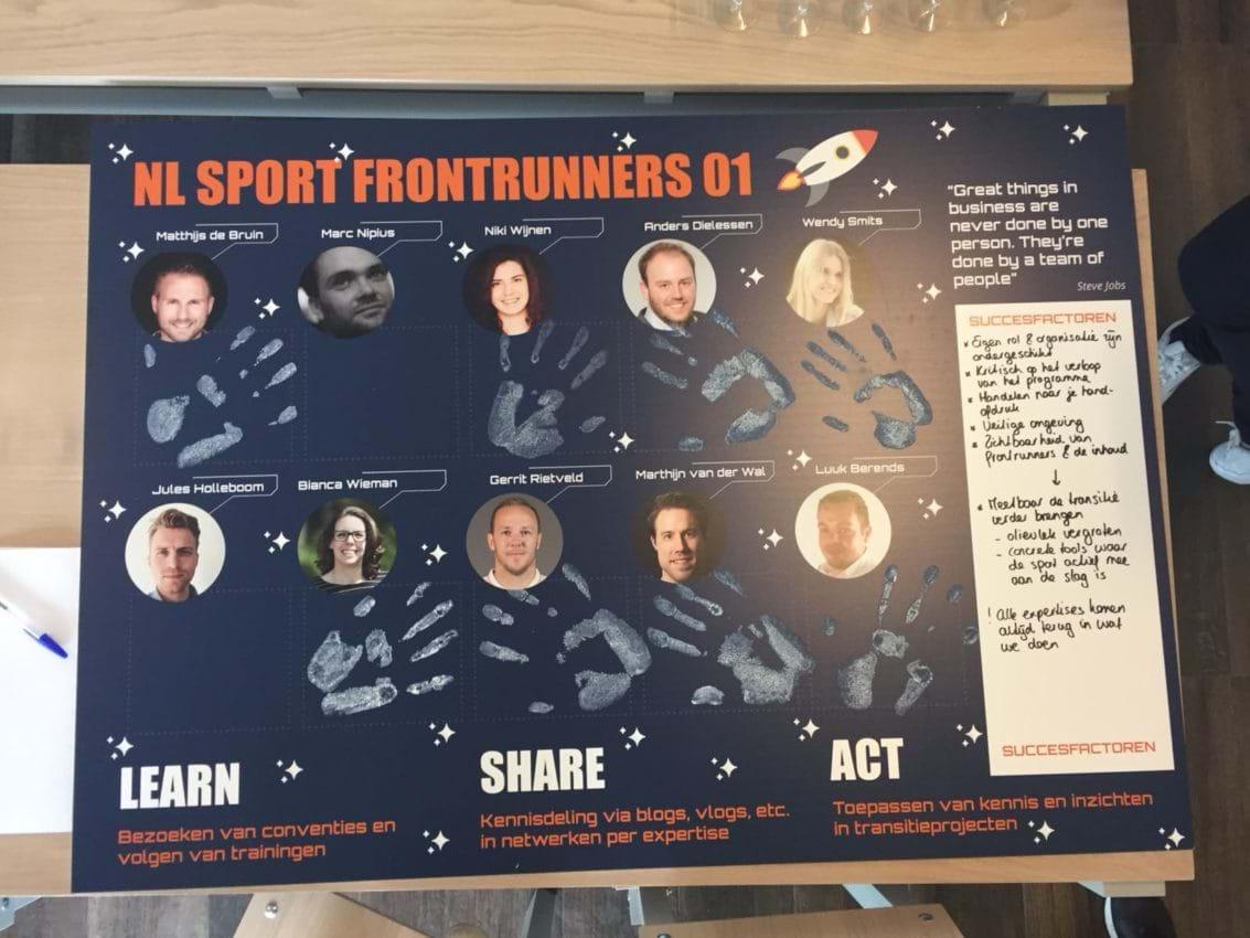Met een handafdruk geven de Frontrunners hun commitment af aan het programma.